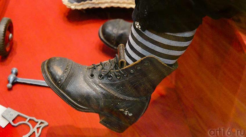 Арман Марсель, Германия, конец XIX фарфор. Фрагмент: ботинок на ноге куклы::Та самая кукла