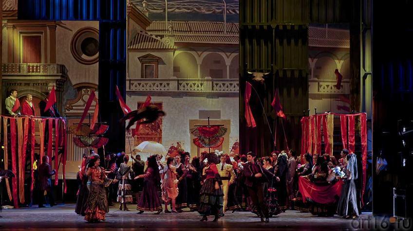 Фото №93367. Площадь перед цирком в Севилье. Идут приготовления к бою быков. Площадь полна народа, кругом царит веселье_2