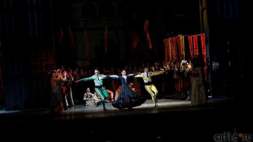 Фото №93371. Площадь перед цирком в Севилье. Идут приготовления к бою быков. Площадь полна народа, кругом царит веселье.