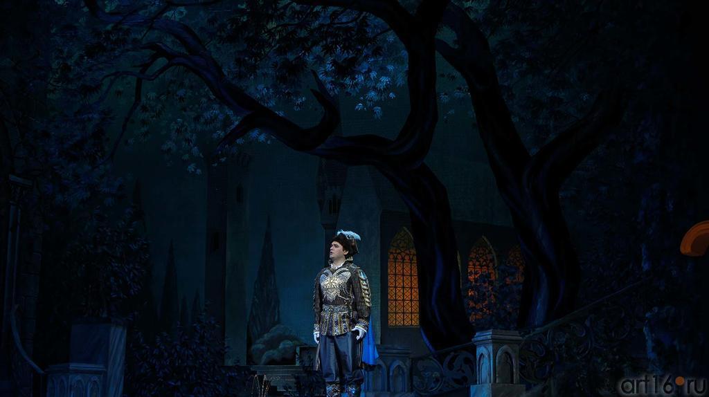 """Действие второе. Картина вторая.  Лунной ночью в саду Сандомирского замка, у фонтана, мечтает Самозванец о Марине::Модест Мусоргский """"Борис Годунов"""""""