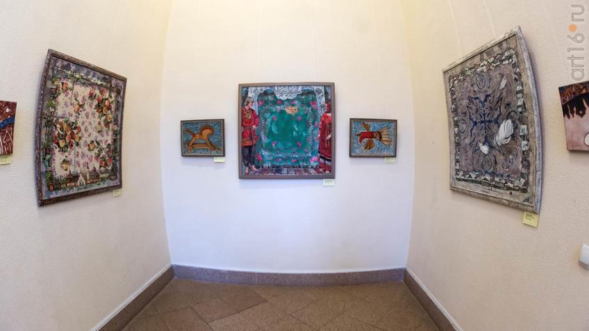 Фото №934903. Фрагмент экспозиции выставки Е. Титовой ''Она''