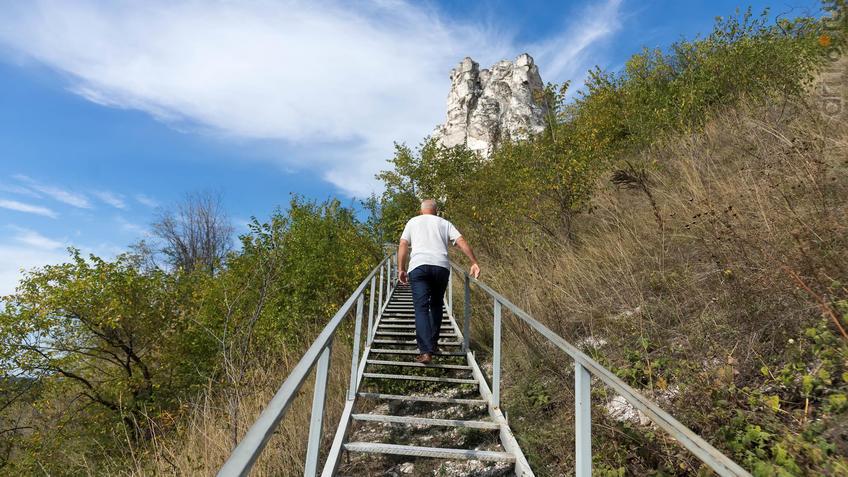 Лестница, ведущая к храму. На возвышенности церковь Сицилийской иконы Божьей Матери::Дивногорье. 2017 сентябрь