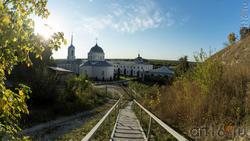 Вид с лестницы на Дивногорский Успенский мужской монастырь