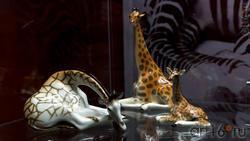 Скульптурфы: ''Жирав с поднятой головой''/''Жираф лежащий''/''Жирафенок''