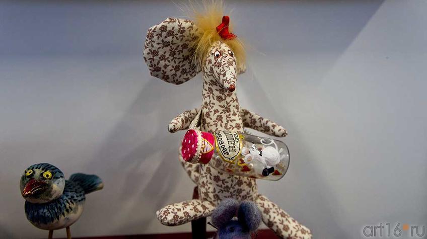 Автор игрушки Лариса Рябинина. На выставочной площадке ʺʺСиняя птицаʺ::Арт-галерея, Казань — 2012
