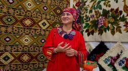 Людмила  Шатохина, (Тюмень ) на фоне Тюменских ковров