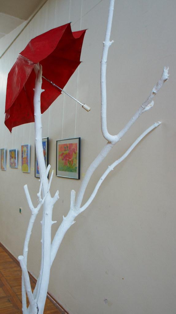 Фото №94568. Красный зонтик в Центре эстетического воспитания ГМИИ РТ