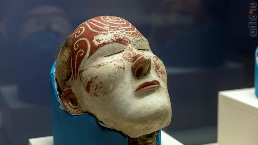 Фото №946603. Маска на голове женщины