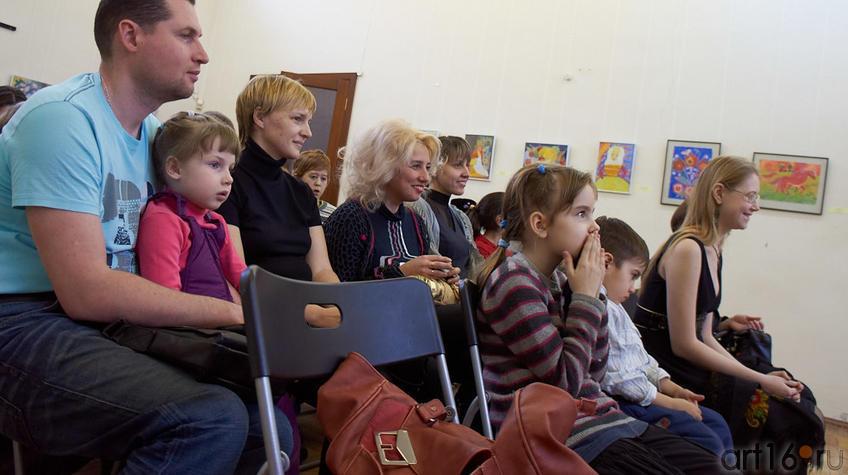 Фото №94716. Участники выставки, родители, преподаватели на открытии выставки