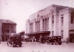 Место, изображенное на фотографии: Станция в Хиросиме. Расстояние от эпицентра: 1900 м