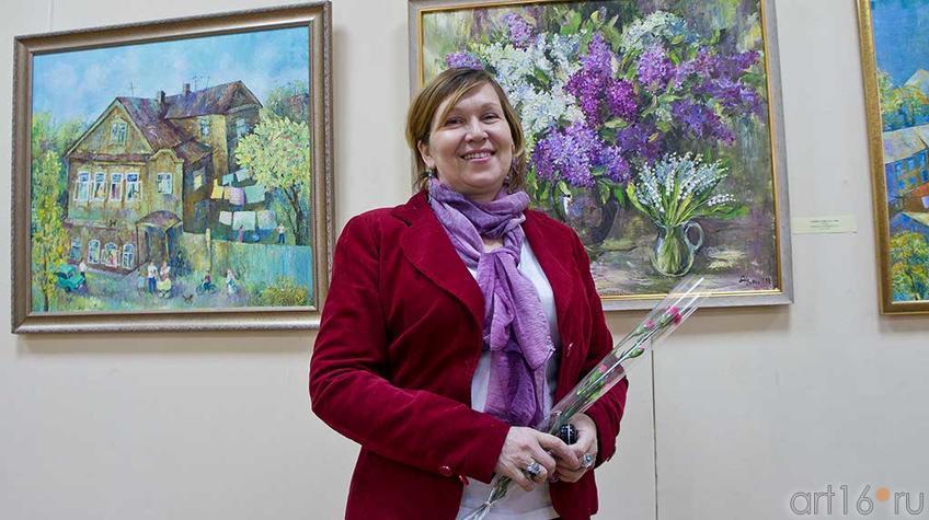 Фото №94881. Алсу Тимергалина на фоне своих картин