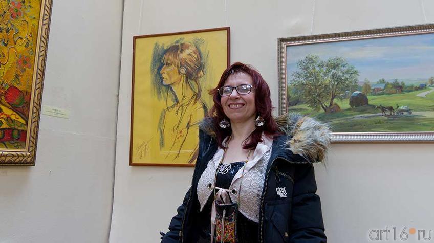Фото №94885. Елена Баймяшкина у своей работы ''Вероника''