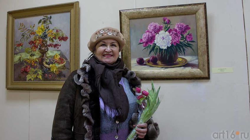 Фото №94957. Фарида Хасьянова у картины ''Пионы''