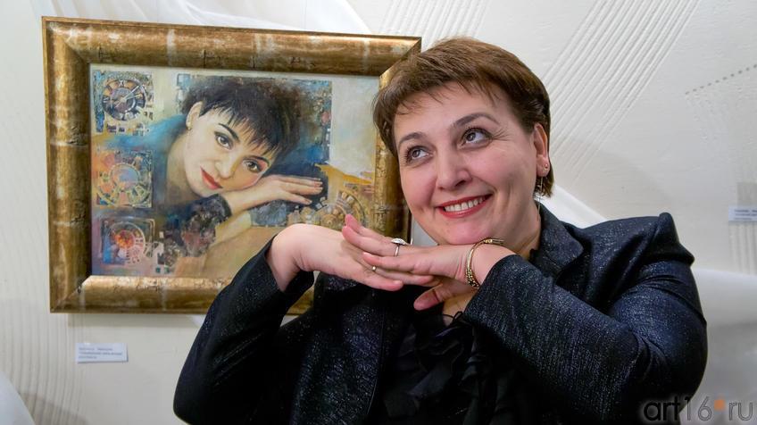 Фото №95011. Ольга Новикова у своего портрета