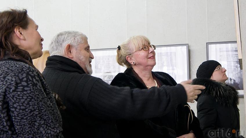Фото №95201. А. Славутский знакомит с экспозицией выставки «Фотография – любовь моя» сына, И.Славутского
