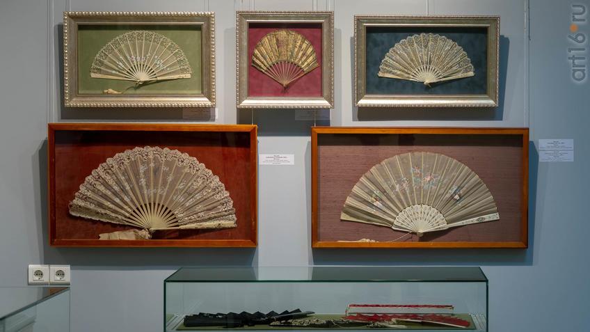 Фото №954366. Фрагмент экспозиции выставки вееров из частной коллекции Ольги Затеевой