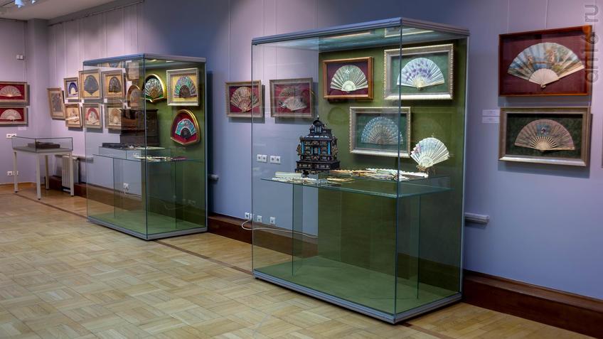 Фрагмент экспозиции выставки «Веер. Хранитель красоты и тайн…»::Веер. Хранитель красоты и тайн
