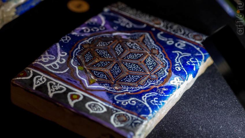 Фото №954557. Фрагмент поливного изразца. Южный Казахстан. XIV-XV вв.