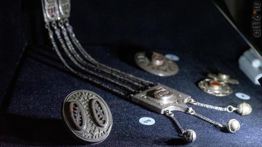 Фото №954612. Перстень свахи  (на переднем плане)/  Ониржиек - нагрудное украшение