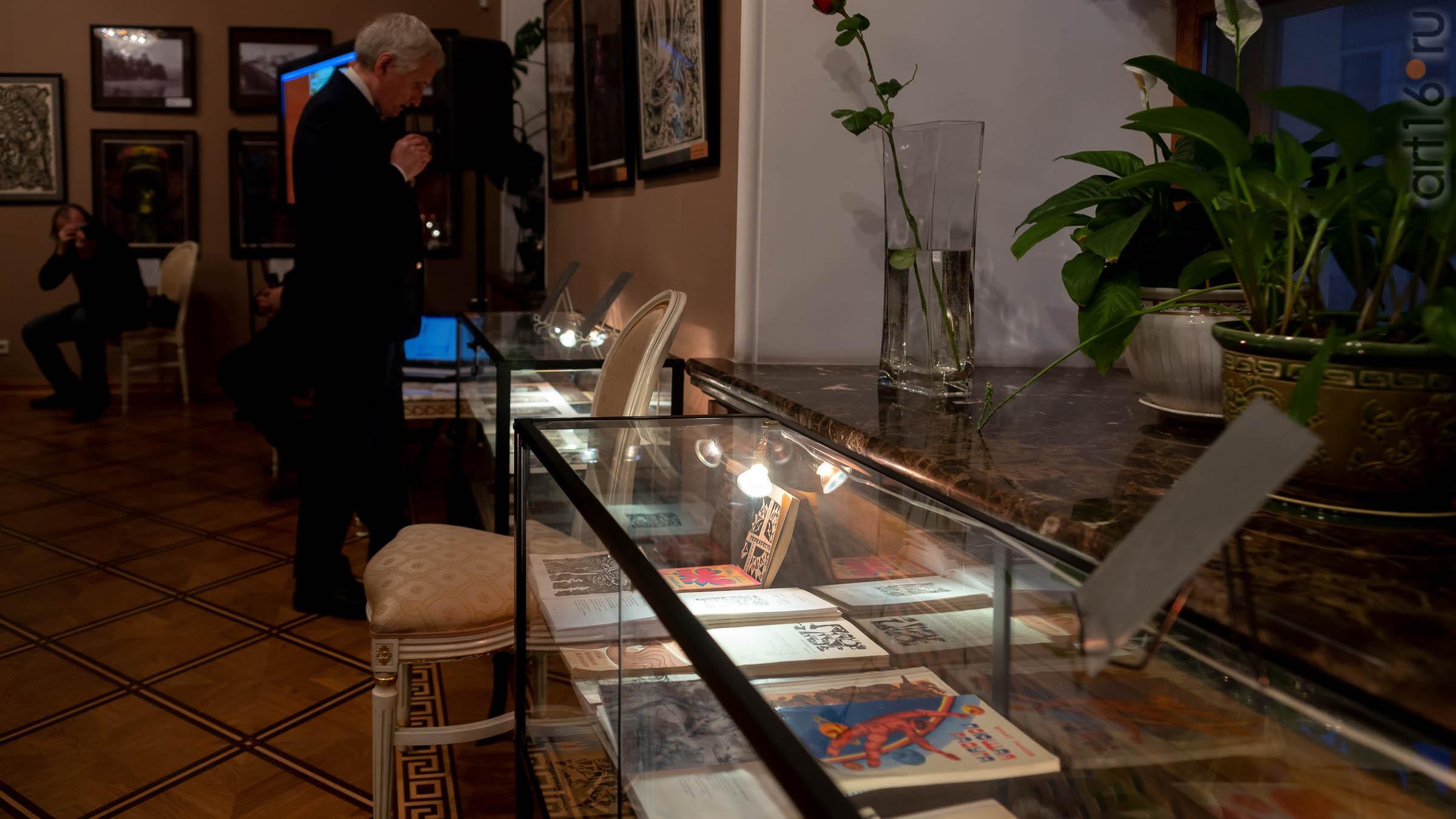 Фрагмент экспозиции выставки Н.Альмеева::03.04.2019 Надир Альмеев «Шум времени»