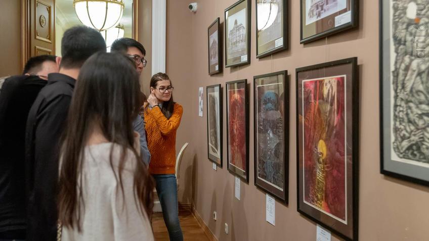 Фото №955833. В экспозиции выставки Н.Альмеева «Шум времени»