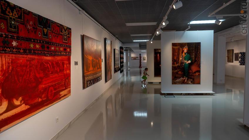 Фрагмент экспозиции выставки художников Дагестана::Transformatio. Современное искусство Дагестана