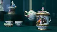 Чашка с крышкой с изображением музицирующих молодых людей на фоне пейзажа. Коне. XVIII