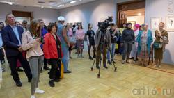 На открытии выставки Сабирова Альфиза «Аю бала»