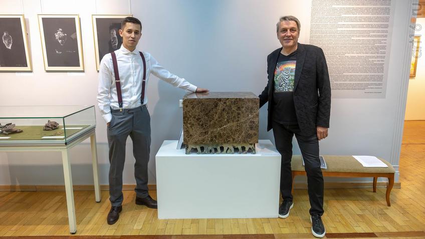 Сабиров Альфиз, Шаймарданов Альфрид возле работы «Тайна. Императорские львы»::Аю бала. Сабиров Альфиз. Выставка