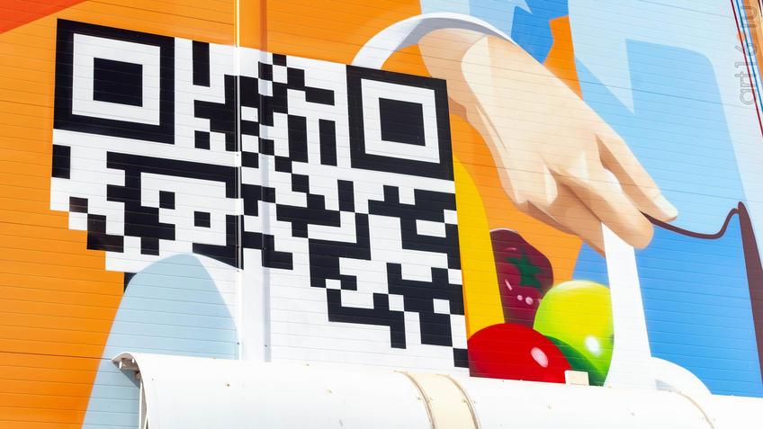 Фрагмент росписи на стене ТЦ ʺМагнитʺ, автор Александр Демкин (Россия)::Паблик-арт программа «Сказки о золотых яблоках»