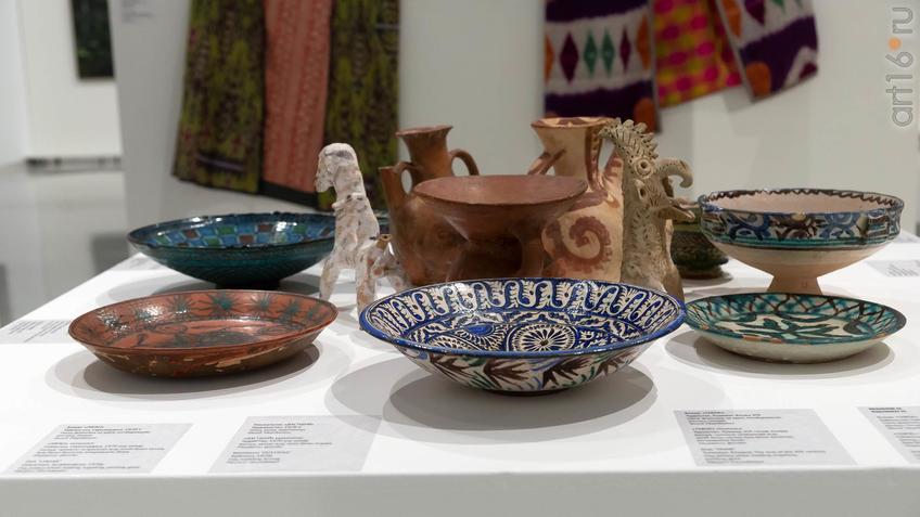 Фрагмент экспозиции выставки, дополнение ДПИ(Туркестан)::Александр Акилов. К солнцу