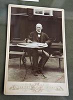 О.Б.Визель на садовой скамейке. Фотография. 1880-е