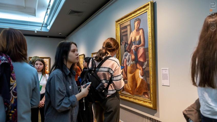 Фото №963494. На выставке возле картины «Швеи», 1925, Массимо Кампильи (1895-1971), Италия