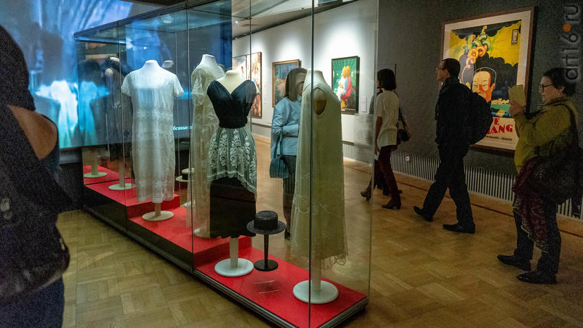 Фото №963628. Мода и стиль. Фрагмент экспозиции. №1 и 2