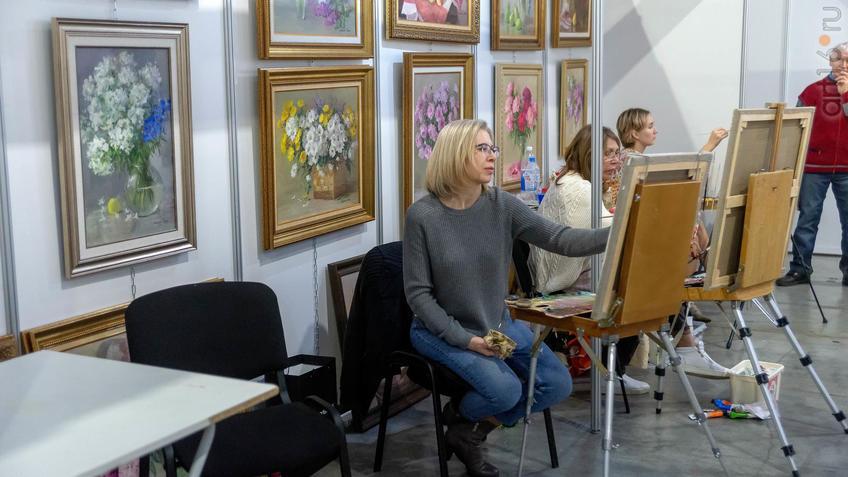 Фото №964091. Возле картин Альфии-Гали Жуковой