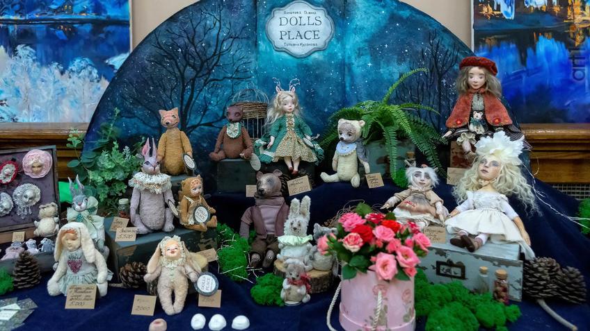 Фрагмент экспозиции  «Dolls place» выставка авторских кукол «Королевство полной луны»::Арт-галерея 2019