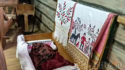 Сундук, вышитые полотенца. Фрагмент экспозиции