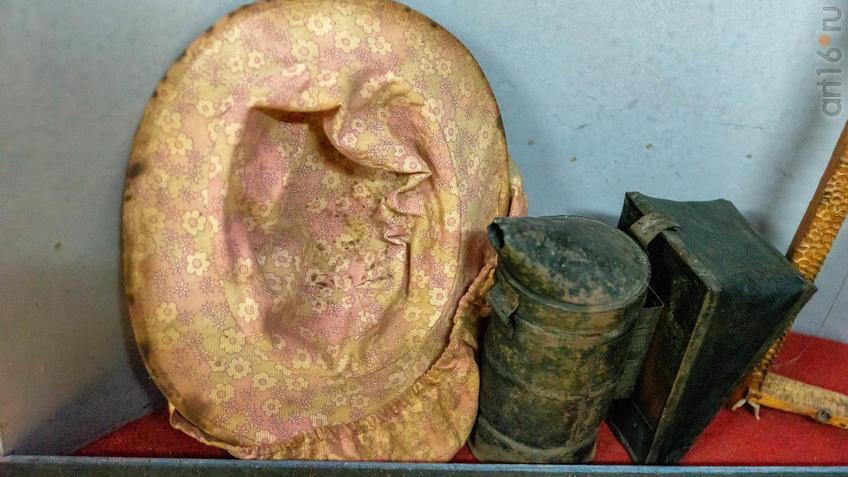 Фото №965509. Уголок пчеловода (рамка, дымарь, сетка). Промыслы с. Красновидово