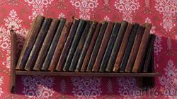 Полка с книгами в жилой комнате М.А.Ромася