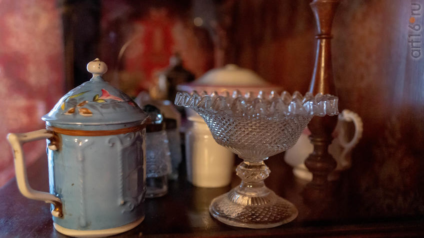 Бокал с крышкой, ваза в буфете. Экспозиция ʺИнтерьер жилой комнаты М.А.Ромасяʺ::2019 год. Музей А.М.Горького в Красновидово - 40 лет