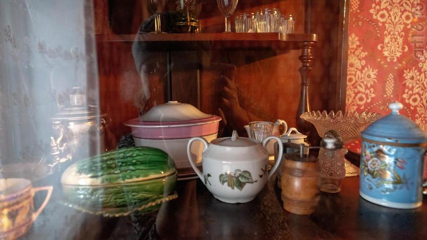 Фото №965539. Посуда из буфета в воссозданной жилой комнате М.А.Ромася