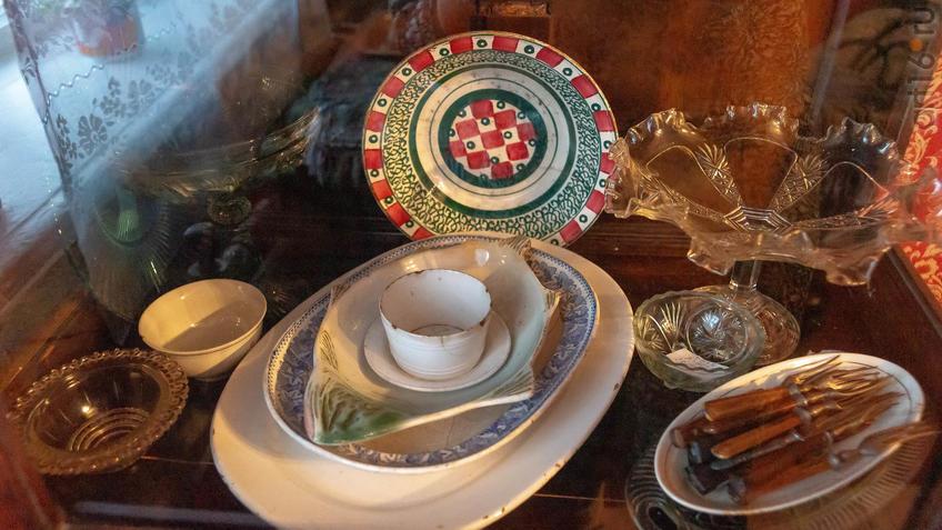 Фото №965544. Посуда из буфета в воссозданной жилой комнате М.А.Ромася