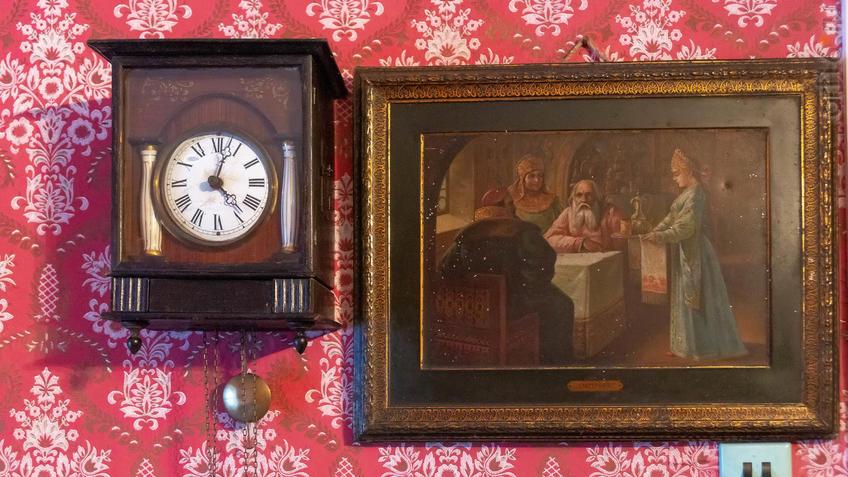 Фото №965554. Часы-ходики и картина. Предметы из воссозданной жилой комнаты М.А.Ромася