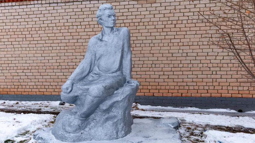 Фото №965649. Скульптура  А.М.Горького перед Музеем Горького в Красновидово