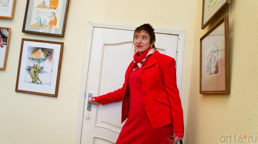 Придверная дама. Татьяна Пашагина на выставке  «ВыставКАрикатур»::«ВыставКАрикатур», 30 марта 2012
