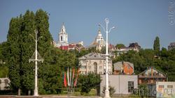 Вид с набережной на город. Вдали видна Никольская церковь