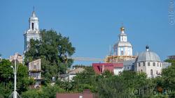 Храм Николая Чудотворца (на заднем плане)