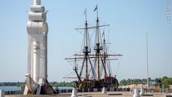 Корабль-музей «Гото Предестинация» и ростральная колонна