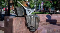 Фрагмент скульптурной композиции - памятника Пятницкому М.Е.