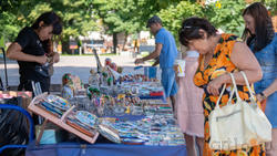 Продажа сувениров в сквере  (пр. Революции)